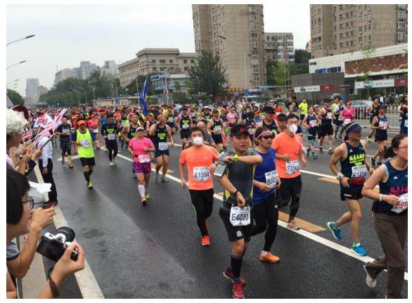 北京马拉松开跑,选手佩戴远大移